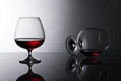 2 snifters рябиновки на стеклянном столе Стоковое Изображение