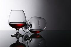 2 snifters рябиновки на стеклянном столе Стоковые Фото