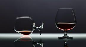 2 snifters рябиновки на стеклянном столе Стоковая Фотография RF