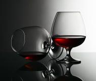 2 snifters рябиновки на стеклянном столе Стоковая Фотография