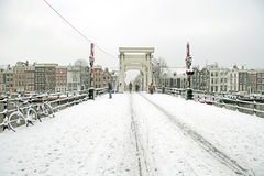 Snöig Amsterdam med den Thiny bron i Nederländerna Arkivfoto