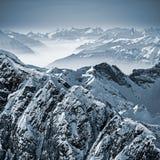 Snöig berg i de schweiziska fjällängarna Arkivfoto