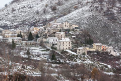 Snöig berg och bergby Fotografering för Bildbyråer