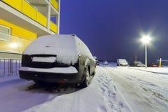 Snöig bilar på vintern i Polen Arkivbild