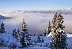 Snöig fjällängar med moln Royaltyfri Foto