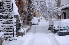 Snöig gata i Januari Arkivbild