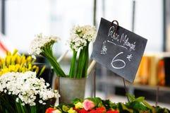 Snijbloemen op openluchtbloem worden verkocht die Stock Afbeelding