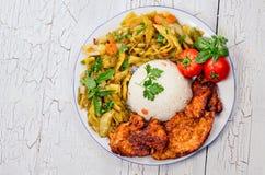 Snijbonenrijst en kippenlapje vlees Stock Foto's