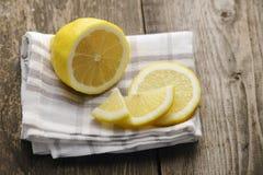 Snijd de citroen Royalty-vrije Stock Afbeeldingen