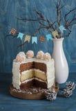 Snijd de drievoudige cake van de chocoladelaag Melk, witte en donkere chocoladecake Royalty-vrije Stock Afbeelding