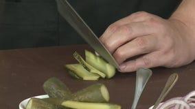 Snijd de gezouten komkommer stock videobeelden