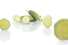 Snijd de komkommer op witte achtergrond Stock Fotografie