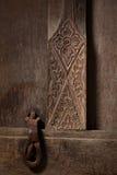 Snijd deur en hangslot in oud Thais huis royalty-vrije stock afbeelding