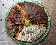 Snijd dun stukken van eigengemaakt gebakje, verse reuzel, lukanka stock afbeeldingen