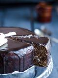 Snijd een chocoladecake met boterroom en kersen, vakantie royalty-vrije stock foto's