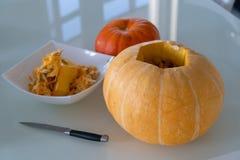 Snijd een Pompoen voor Halloween stock foto