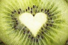 Snijd een rijpe kiwi royalty-vrije stock afbeeldingen