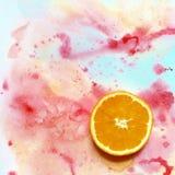 Snijd een sinaasappel op een bont recht als achtergrond in de hoek royalty-vrije stock foto's