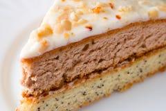 Snijd een stuk van cake op witte plaat stock afbeeldingen