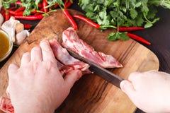 Snijd een stuk van vlees met een mes stock afbeeldingen