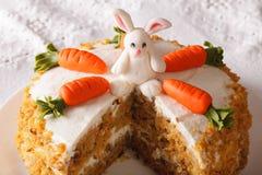 Snijd een stuk van wortelcake met konijntjesclose-up dat wordt verfraaid horizo Royalty-vrije Stock Foto's