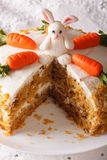 Snijd een stuk van wortelcake met konijntjesclose-up dat wordt verfraaid Vertic Royalty-vrije Stock Afbeeldingen