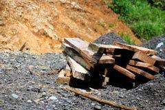 Snijd en zaagde onlangs tropische houten planken op een stapel aan de kant van een weg stock afbeeldingen