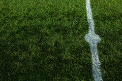 Snijd goed gras van een voetbalgebied Stock Foto