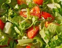Snijd grotendeels groenten voor salade Stock Afbeeldingen