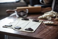Snijd het deeg in driehoeken voor croissants met chocolade royalty-vrije stock afbeelding