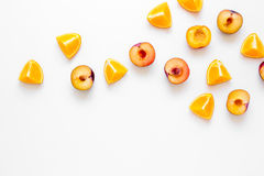 snijd perzik en sinaasappel voor exotisch fruit op wit achtergrond hoogste meningsmodel stock foto's