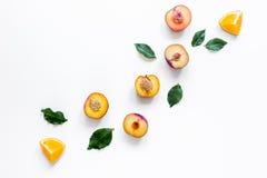snijd perzik en sinaasappel voor exotisch fruit op wit achtergrond hoogste meningsmodel stock afbeelding