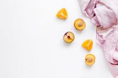snijd perzik en sinaasappel voor exotisch fruit op wit achtergrond hoogste meningsmodel stock afbeeldingen
