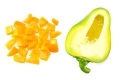snijd plakken van groene en gele zoete die groene paprika op witte hoogste mening wordt geïsoleerd als achtergrond stock foto's