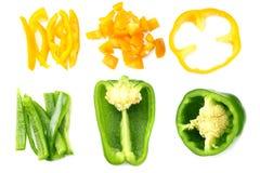 snijd plakken van groene en gele zoete die groene paprika op witte hoogste mening wordt geïsoleerd als achtergrond royalty-vrije stock afbeeldingen