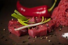 Snijd prachtig vlees met bieslook en Spaanse peper stock foto
