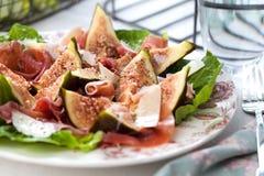 Snijd vers Fig.fruit salat met ham op de houten achtergrond royalty-vrije stock fotografie