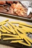 Snijd vers frieten op een roosterend tin stock afbeelding