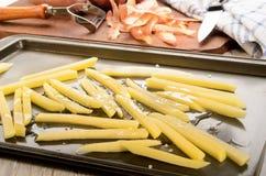 Snijd vers frieten op een roosterend tin royalty-vrije stock afbeeldingen
