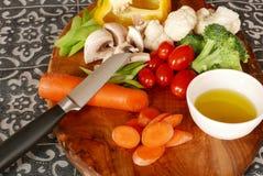 Snijd vers gezonde groenten op een olijf houten scherpe raad Stock Afbeelding