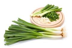 Snijd vers groene ui op scherpe raad royalty-vrije stock afbeelding