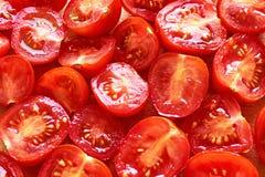 Snijd vers sappige rode kersentomaten royalty-vrije stock afbeelding