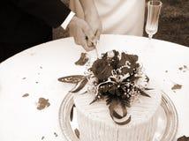 Snijdend de cake - horizontale sepia Stock Fotografie