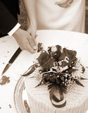 Snijdend de cake - verticale sepia Stock Foto's