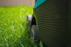 Snijdend, de gazonmachine op het groene gras, close-up Royalty-vrije Stock Fotografie