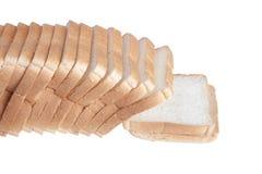 Snijdend een brood van wit die brood op een witte achtergrond wordt geïsoleerd Royalty-vrije Stock Foto