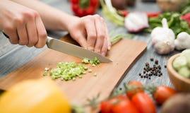 Snijdend, hakkend en pellend de groentenkok royalty-vrije stock foto