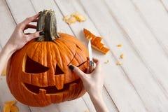 Snijdend Halloween-pompoen in hefboom-o-lantaarn, sluit omhoog mening stock foto's