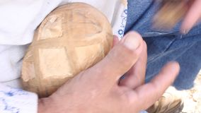 Snijdend houten ei stock video
