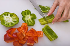 Snijdende Groene paprika's Royalty-vrije Stock Foto's
